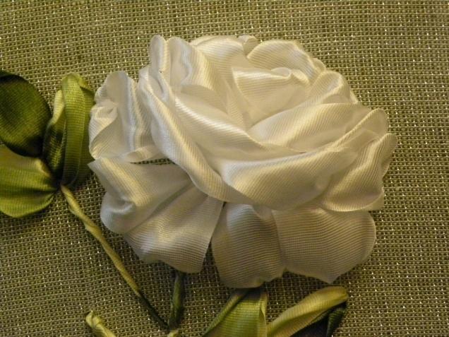 Вышивка лентами розы с листьями от мастера шепилова 76